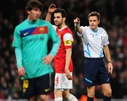 Arsenal 2-1 Barcelona: Referee Nicola robs Barca's Lionel Messi