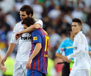 Who will triumph in the 2011 Supercopa de Espana second leg match?