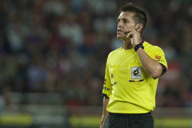 Barcelona defeats Atletico with sloppy refereeing