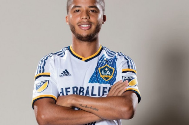 Fans welcome Dos Santos to L.A. in style