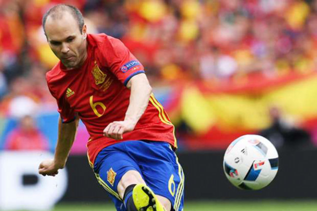 Iniesta sets two records in Czech win