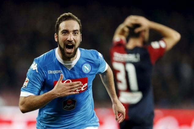 Juventus sign Higuain on record transfer deal