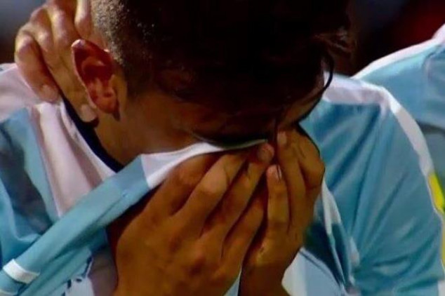 Dybala leaves the pitch in tears - Video