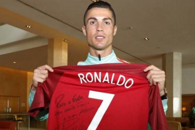 CR7's gesture for cancer-struck colleague - Video