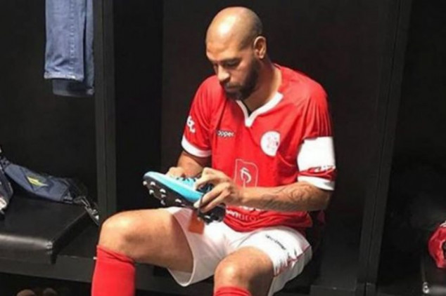 Adriano aims to return to professional football
