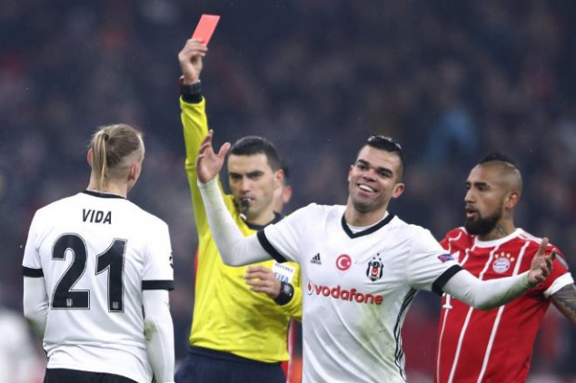 Watch why and how Vida got red-carded vs Bayern