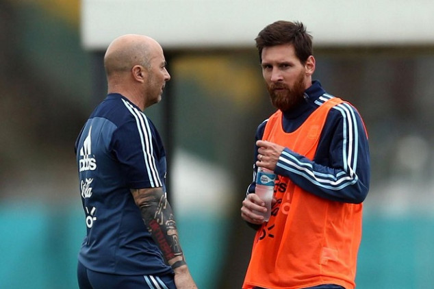 Messi, defended by Sampaoli and his mother
