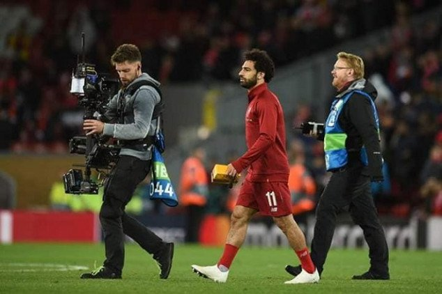 Salah exchanges gift with fan after 4-0 UCL win