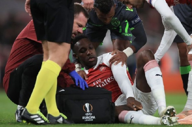 Welbeck stretchered out due to nasty ankle injury