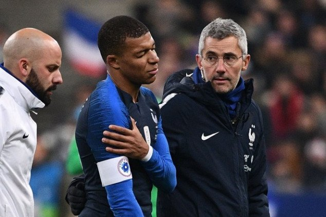 Mbappé leaves the pitch with nasty shoulder injury
