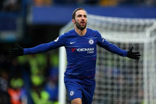 Higuain seals first EPL brace with stunning strike