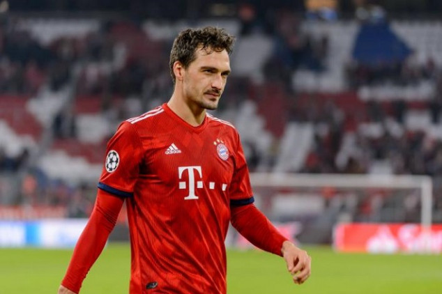 Hummels trolls fan after UCL tweet about Suarez