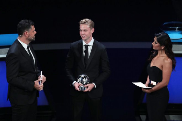 UEFA: Fans react to De Jong's award win