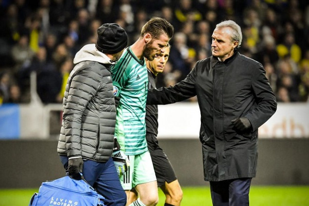 De Gea limps off with muscular injury
