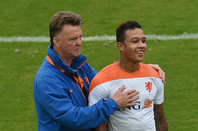 Van Gaal questions Depay's signing with Barcelona