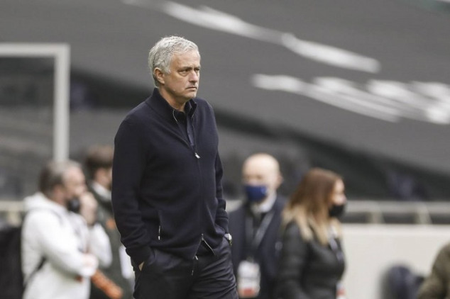 Spurs considering Chelsea boss to replace Mou